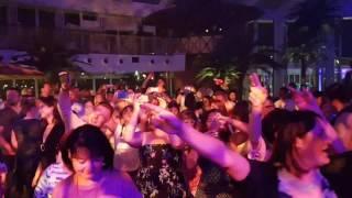 Tolle Stimmung im Beachclub von Aidaperla.  😊
