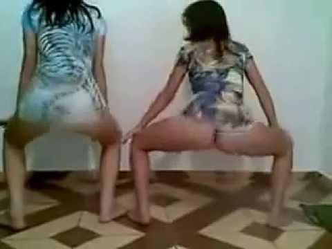 Duas gostosas dancando playlist de funk de shortinho - 5 6