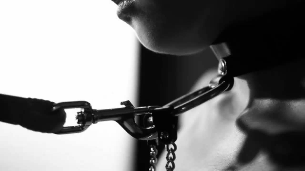 Порно мужик на кровати прикован наручниками в маске фото каким членам