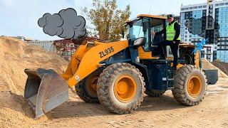 Reusachtige tractor lader ging kapot - Dima op de tractor helpt de man
