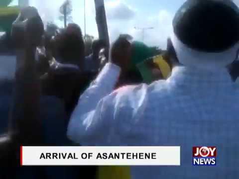 Crowd at the Kumasi Airport awaiting arrival of Asantehene, Otumfuo Osei Tutu II