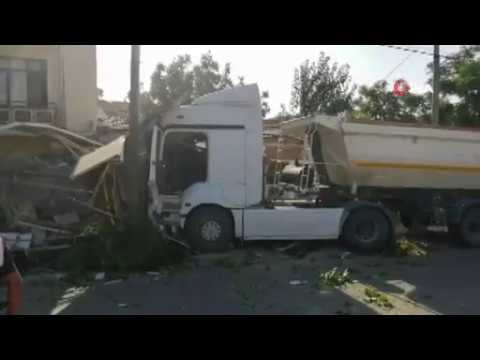 Servis otobüsü ile kamyon çarpıştı 13 yaralı