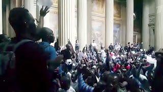 В Париже полиции пришлось применить силу, чтобы вытеснить мигрантов, которые оккупировали Пантеон.