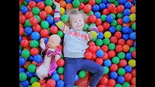 Куклы Беби Борн Катя БРОСАЮТСЯ ШАРИКАМИ Игры для детей про куклы Учим английский с куклой Беби бон