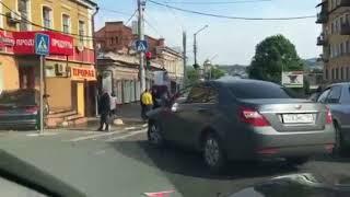 """Напротив правительства """"Киа"""" въехала на крыльцо магазина"""