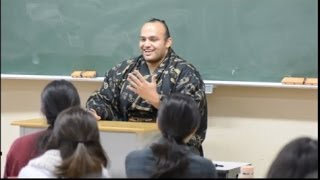 2013年12月20日、大相撲の大砂嵐関が東京外国語大学を訪問し、アラビア...