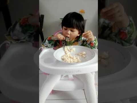 Maryam 15 Bulan Belajar Makan Pakai Sendok