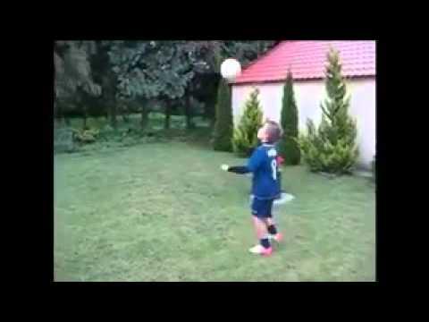 El mejor ni o del mundo jugando al f tbol youtube - El mejor colchon del mundo ...