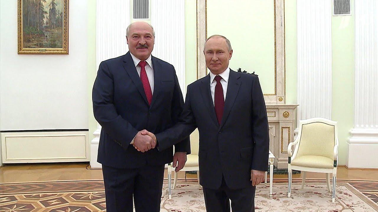 Владимир Путин готов принять в Москве президента Украины и обсудить двусторонние отношения.