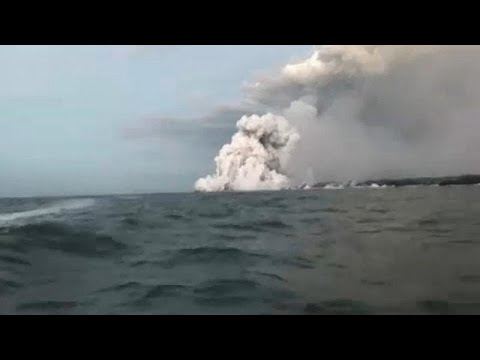 شاهد: سائح يصور مشهد تساقط حمم بركانية على قاربه في هاواي…  - نشر قبل 2 ساعة