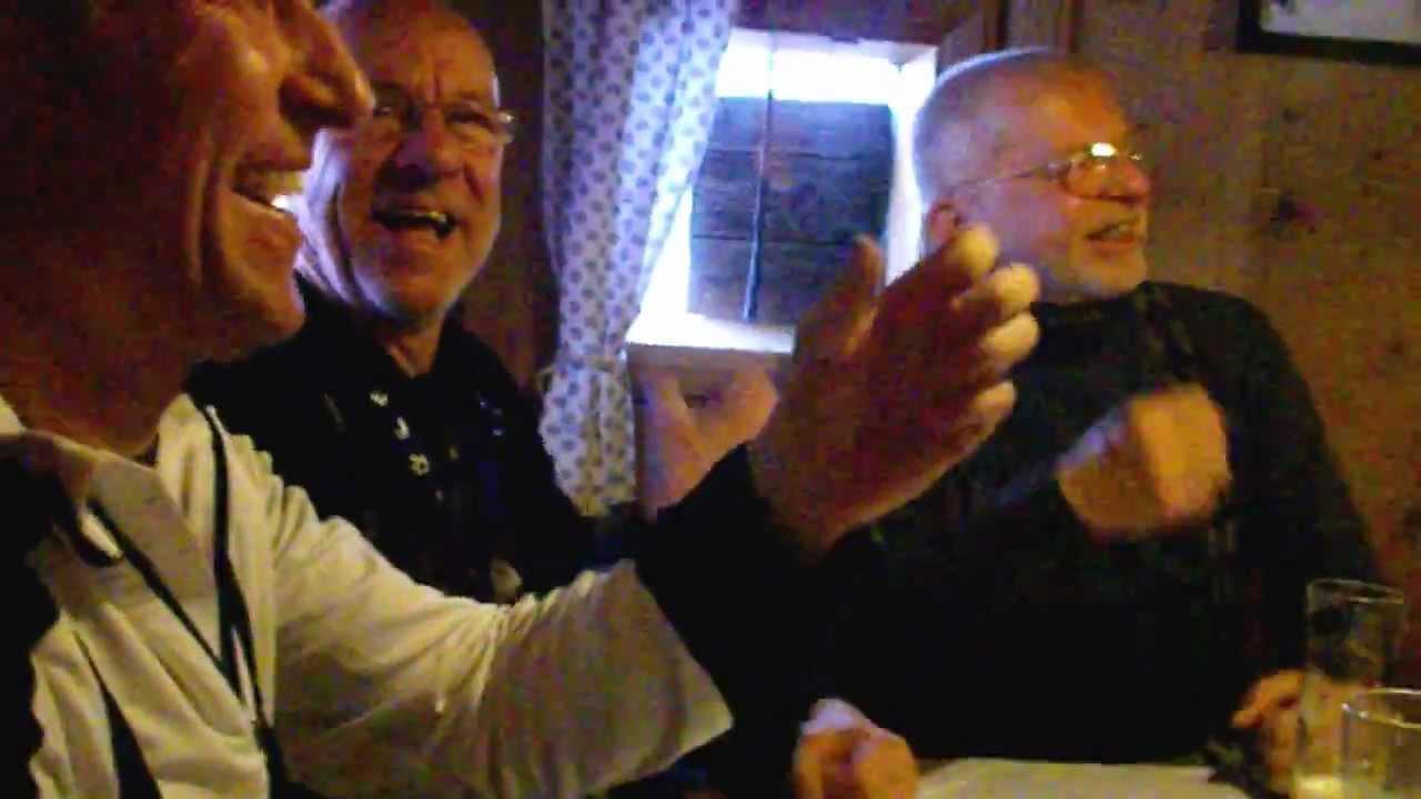 Die junge russische Kiara Night trifft sich mit dem fetten alten bärtigen Kerl