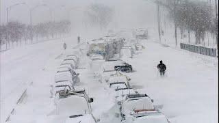 Пробки в тысячу километров и метровые сугробы. Cильнейший за полвека снегопад в Москве