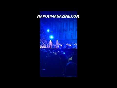 """VIDEO DA BRIVIDI - Bocelli alla Reggia di Caserta canta """"O surdat nnammurat"""""""