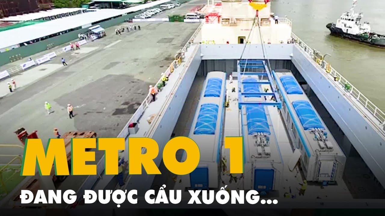 Khoảnh khắc các toa tàu metro được cần cẩu nâng từ tàu vận tải xuống cảng Khánh Hội