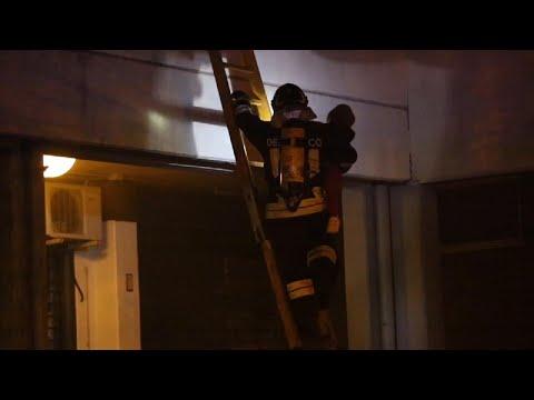 Reggio Emilia, inferno in via Turri: i vigili del fuoco salvano i bambini dal palazzo in fiamme
