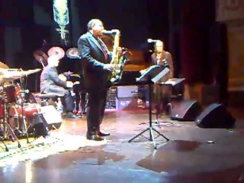 KURT ELLING w/ ERNIE WATTS (sax solo Autumn Serenade) & LAURENCE HOBGOOD TRIO Umbria Jazz Winter #17