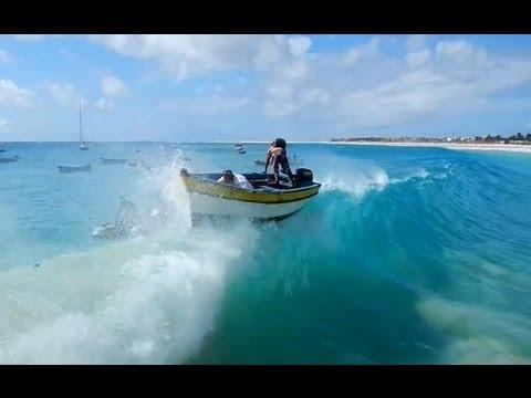 Barco é engolido por uma grande onda em Cabo Verde.