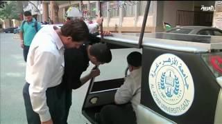 شاهد..ابتكار سيارة تعمل بالطاقة الشمسية بغزة لمواجهة الحصار