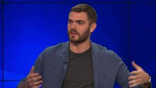"""alex roe on the playing a country star in """"forever my girl"""""""