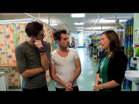 Lawson sing to sick children in hospital
