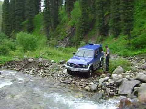 Форсирование горной реки на джипе Mitsubishi Pajero. Охота и .