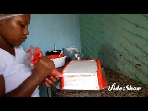 Confeitando bolo com tema relampago mcqueen
