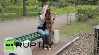 حسناء روسية شعرها الطويل يلامس الأرض
