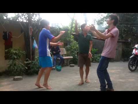 Những chàng trai trong điệu múa Lam Vong. Sự kết hợp điệu múa cổ điển và hiện đại.