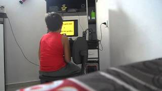 menino cai da cadeira com susto