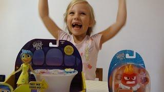 Николь открывает игрушки Радость и Гнев из мультфильма Головоломка