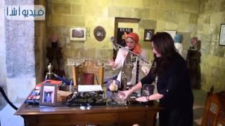 بالفيديو : الفنانة مي نور الشريف تقوم بترتيب مكتب والدها الراحل نور الشريف
