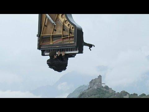 شاهد: عازف البيانو السويسري ألان روش يقدم عرضا موسيقيا -طائرا- …  - نشر قبل 4 ساعة
