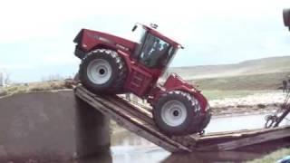Traktör Yıkılan Köprüden Çıkmaya ...