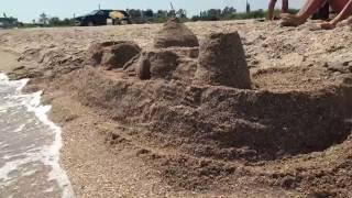 Строим крепость из песка(Приветствую друзья ! сегодня попробуем построить крепость(замок) из песка ,как вы поняли был на отдыхе на..., 2016-08-03T09:33:26.000Z)