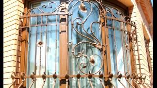 Круглый угол дома решетка на окно, дизайн