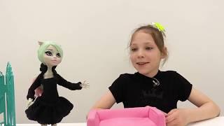 Кукла Рошель занимается гимнастикой -  Видео для девочек