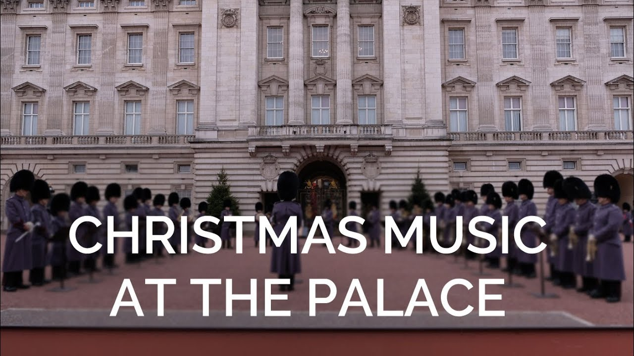Christmas Carols outside Buckingham Palace - YouTube