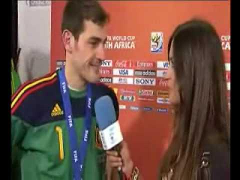 Casillas besa a la novia periodista