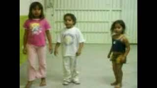 Milena e suas amigas dançando a dança do quadrado