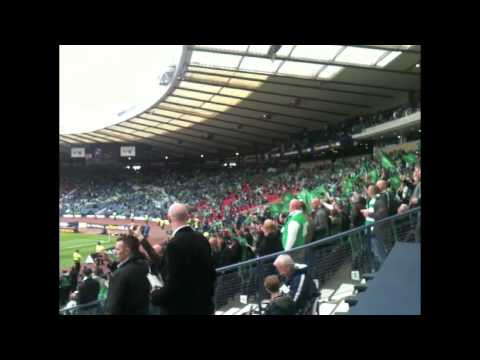 Hibs fans chant «Glory glory to the Hibees» before the Scottish cup final