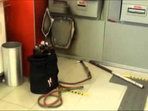 SBT News: Ladrões são presos tentando arrombar caixa em banco de Joinville (11/04/2011)
