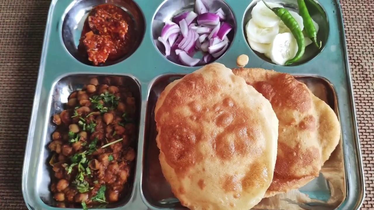Chole bhature | जब बंद में बाहर खाने का मन हो तो कम सामान से बनाए हेल्दी छोले भटूरे