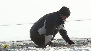 Video Close call: ATV rider plunges through ice on Lake Simcoe download MP3, 3GP, MP4, WEBM, AVI, FLV Desember 2017