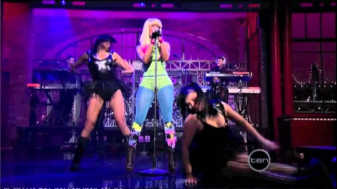 Download Nicki Minaj - Performing Right through me 2010