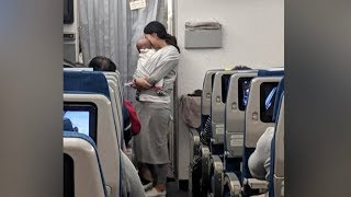 Im Flugzeug näherte sich die Frau den Passagieren - Alle waren begeistert was sie anbot