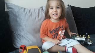 Çocuk videosu.Oyuncak oynuyoruz, arabalarımızı sayıyoruz.Funny kid funny video eğlenceli video