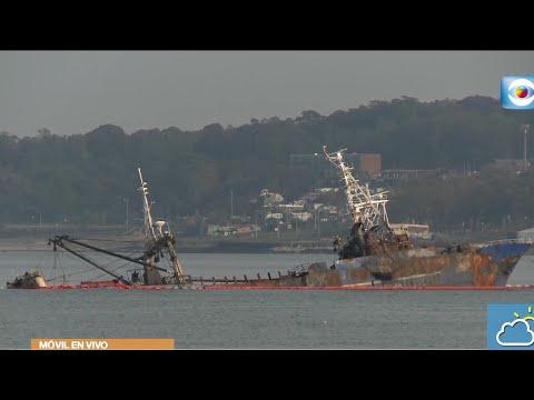 Tareas en el Puerto para reflotar pesquero coreano incendiado