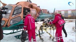 Смотреть видео Двух новгородских пациенток отправили в Санкт-Петербург вертолетом санавиации онлайн