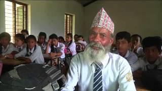 فلاح نيبالي قارب السبعين يعود لمقاعد الدراسة