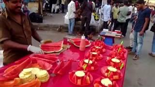 Фруктовый салат из арбуза, ананаса и папайи. Уличная еда. Экзотическая еда. Индия. Мумбай.